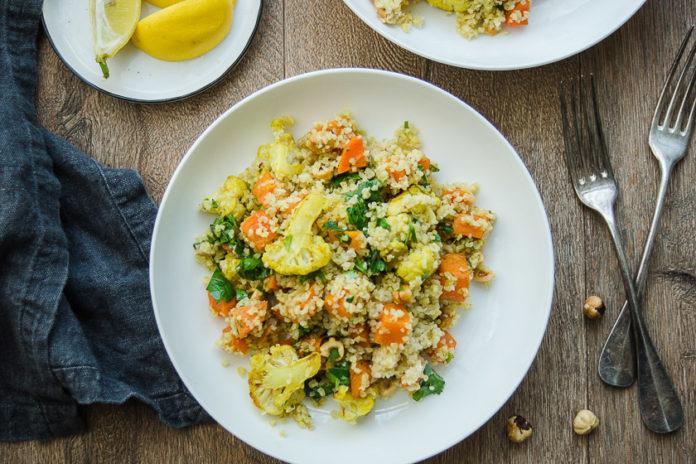 Veganes Rezept für Gerösteter Gemüsesalat mit Bulgur und Haselnüsse, Süßkartoffeln, Blumenkohl, Möhren