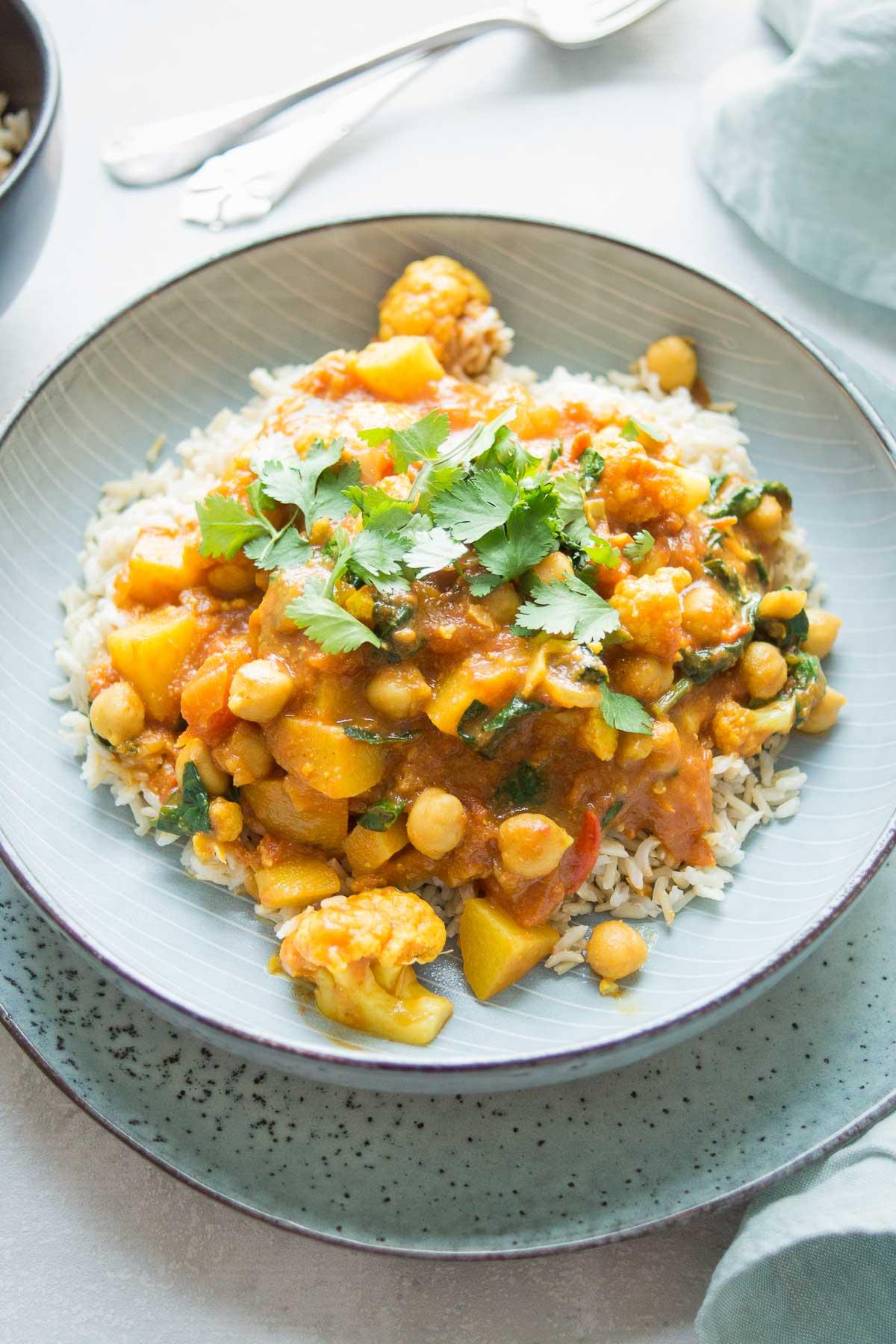 Vegane Rezept für Blumenkohl-Kartoffel-Curry mit Kichererbsen und Spinat,