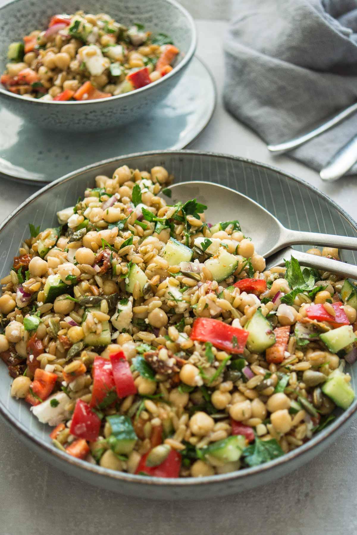 Rezept für Grünkernsalat griechischer Art mit Kichererbsen, Feta, Paprika, Gurke, Kräuter