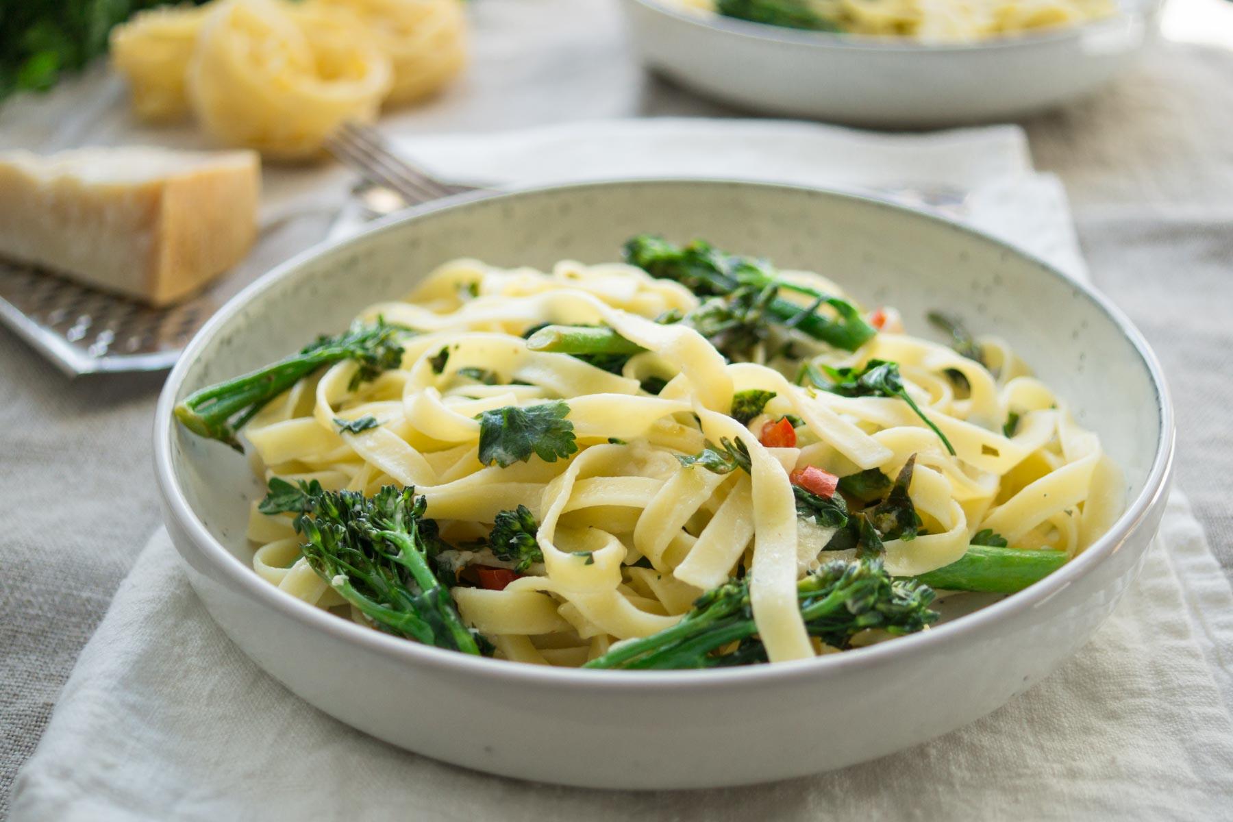 brokkoli pasta mit zitrone und chili rezept elle republic gesund kochen. Black Bedroom Furniture Sets. Home Design Ideas
