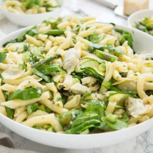 Frühlings-Nudelsalat mit Spargel, Zucchini, Artischockenherzen, Kapern, Spinat Rezept