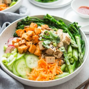 Vegane Poke Bowl mit Bimi, Spargel, Süßkartoffeln, Tofu, Regulatpro® Glukoaktiv