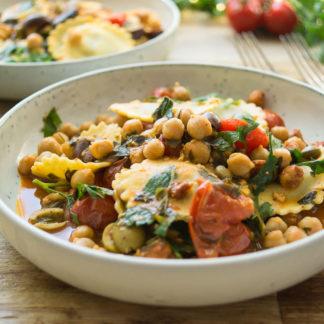 Mediterrane Raviolo (Ravioli Pasta) mit Kichererbsen, Oliven, Kapern, Kräuter, Rezept