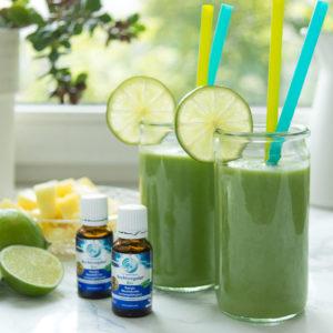 Energy-Smoothie mit Ananas, Limetten, Spinat, Fenchel, Kokoswasser und Rechtsregulat-Bio
