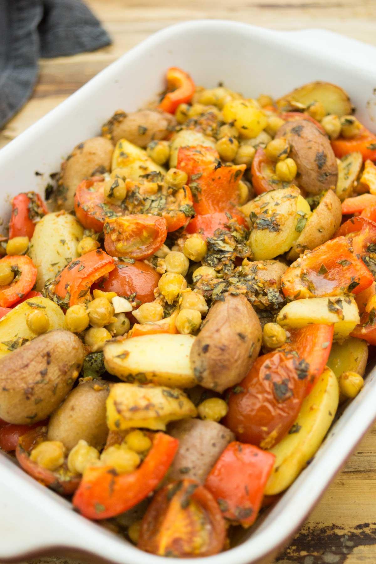 würziges Kartoffel-Tajine mit Kichererbsen, Tomaten, roter Paprika und Petersilie Rezept