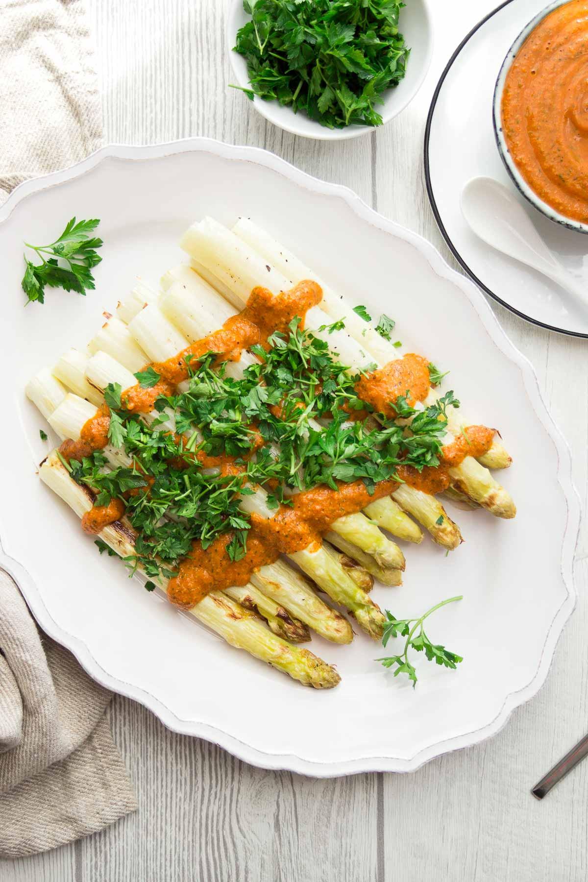 Gerösteter Spargel mit Romesco-Sauce und Petersilie Rezept, vegan, vegetarisch