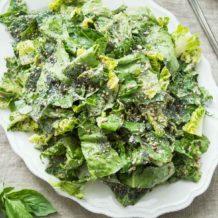 Veganer Caesar Salad mit Tahini-Dressing und gemischten Körnern Rezept