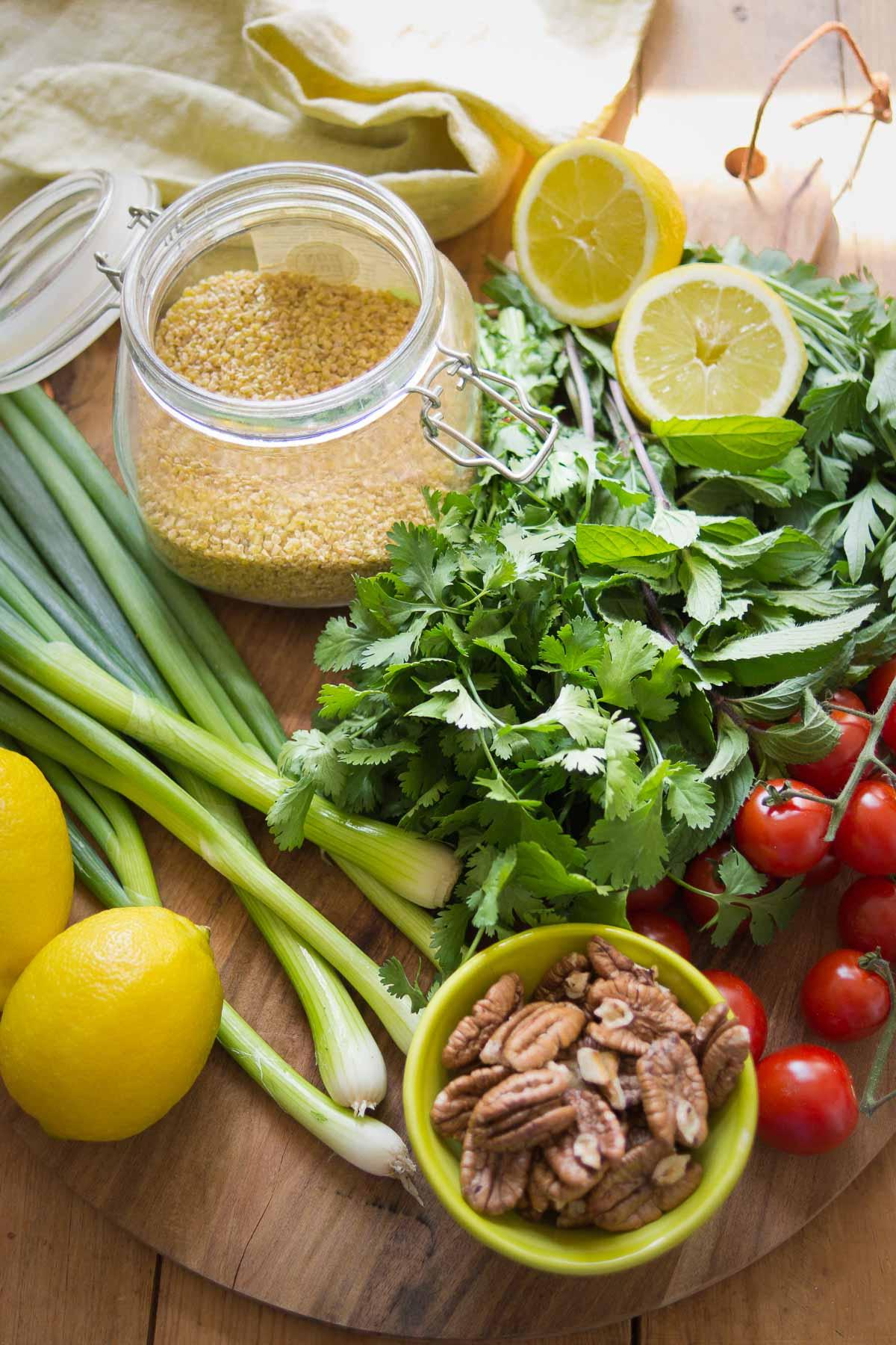 Zutaten für Bulgur-Salat mit frischen Kräutern und Zitrone