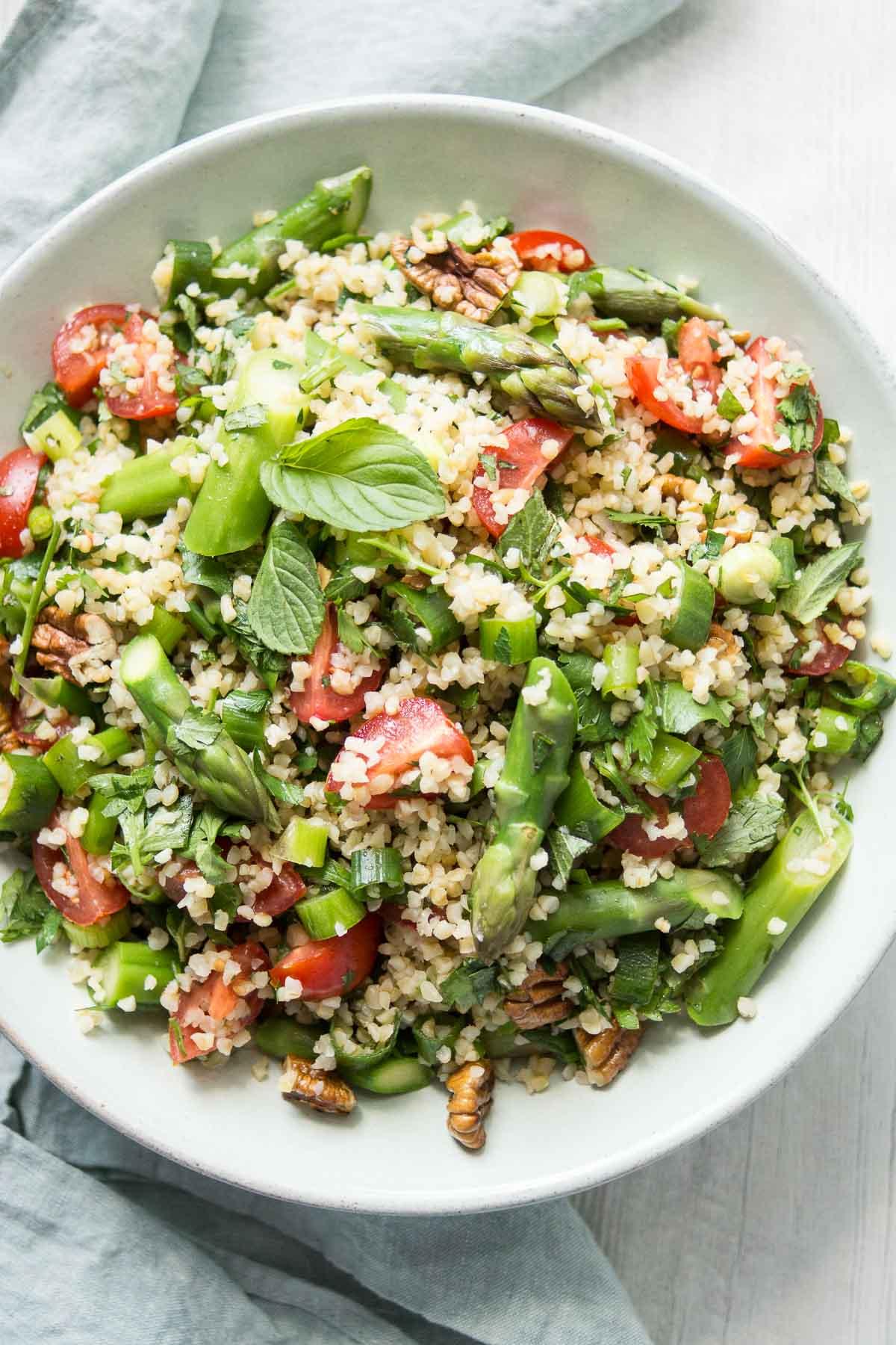 Bulgur-Salat mit Spargel, frischen Kräutern; Pekannüsse und Zitrone