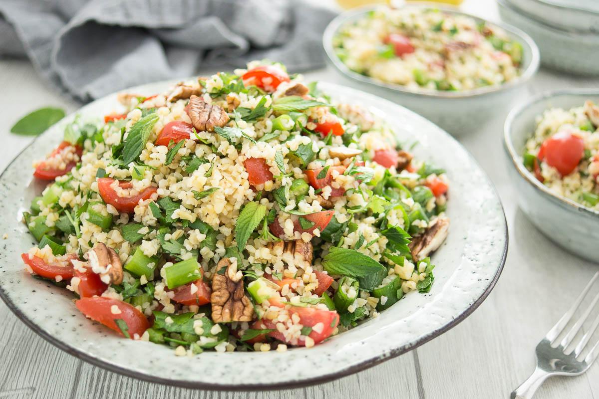 Bulgur-Salat mit frischen Kräutern; Pekannüsse und Zitrone