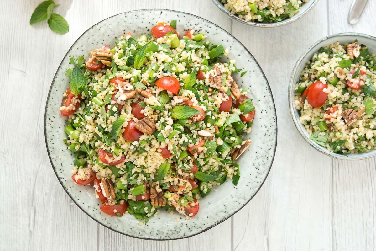Bulgur-Salat mit frischen Kräutern und Zitrone