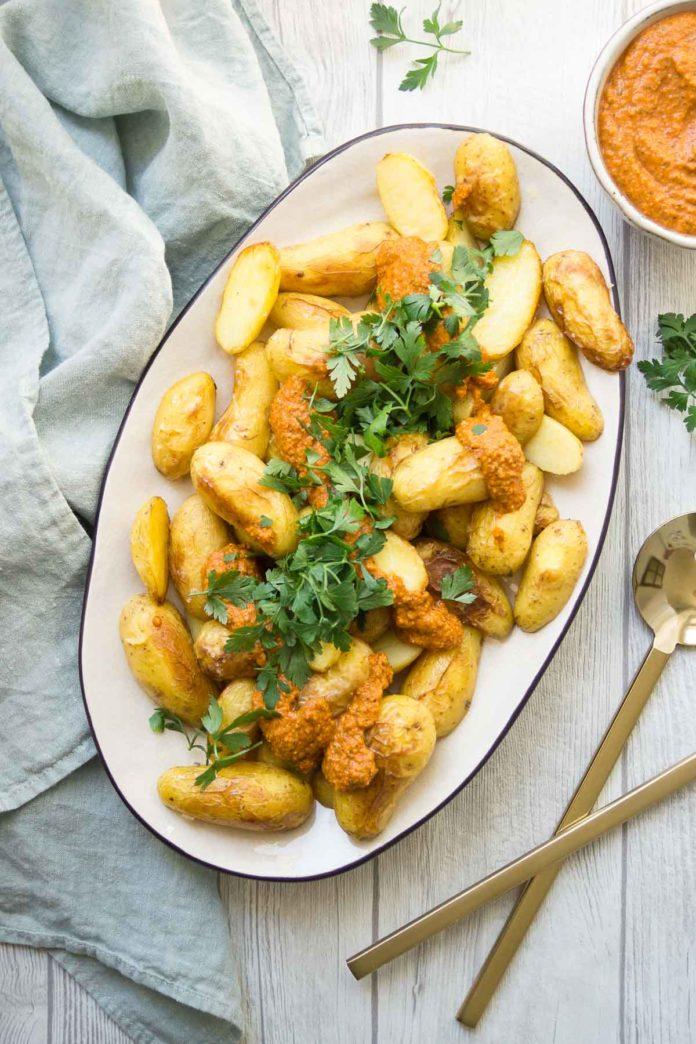 Ofen-Bratkartoffeln und spanische Romesco Sauce und Petersilie Rezepte