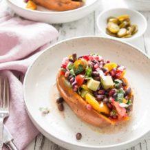 Vegane Süsskartoffel-Kumpir (Gefüllte Süßkartoffeln) mit schwarze Bohnen TexMex Salsa