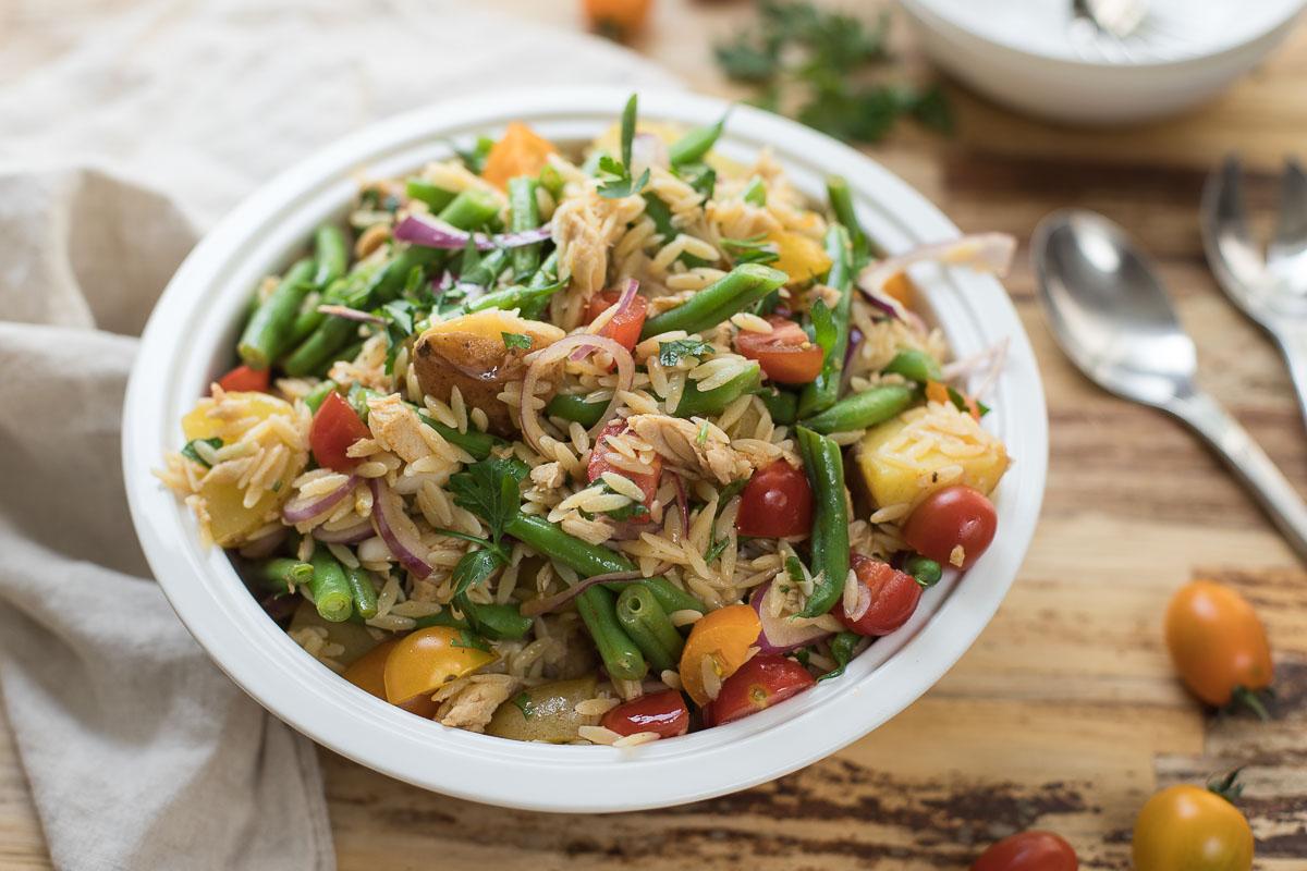 Spanischer Orzo Nudel-Salat mit grüne Bohnen, Cherry-Tomaten, Thunfisch und junge Kartoffeln