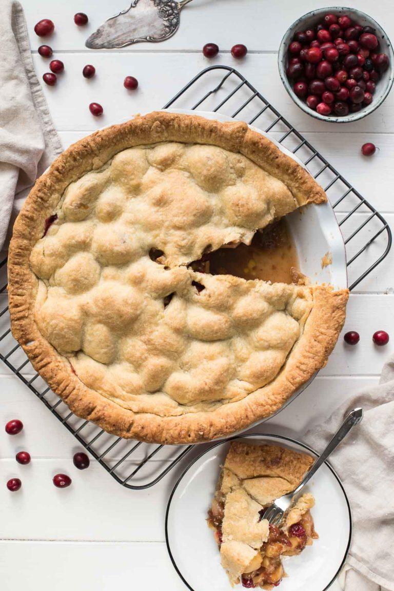 Amerikanischer Apfelkuchen (Apple Pie) mit Cranberries