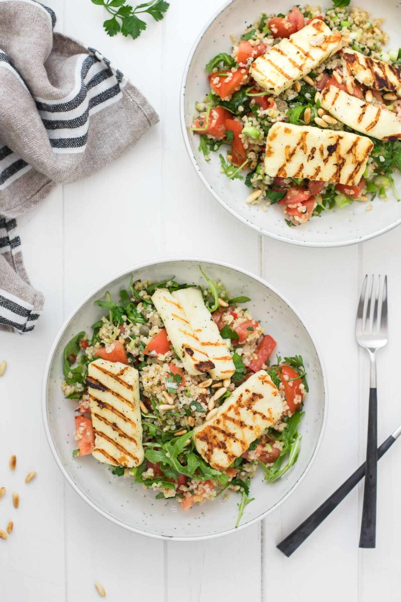 Bulgur-Salat mit Halloumi, Tomaten, Minze, Peterselie, und Zitronen-Kapern-Dressing