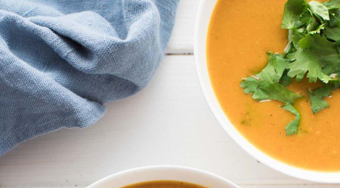 Schussel Kürbis-Suppe mit Curry und Kokosmilch, Vegane Rezept, karibische Aromen mit indischem Curry Gewürze