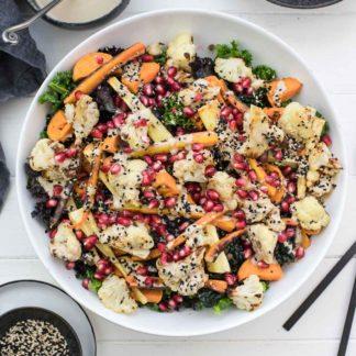 Vegane Rezept für Grünkohl-Salat mit geröstetem Gemüse, Linsen und Tahin-Dressing