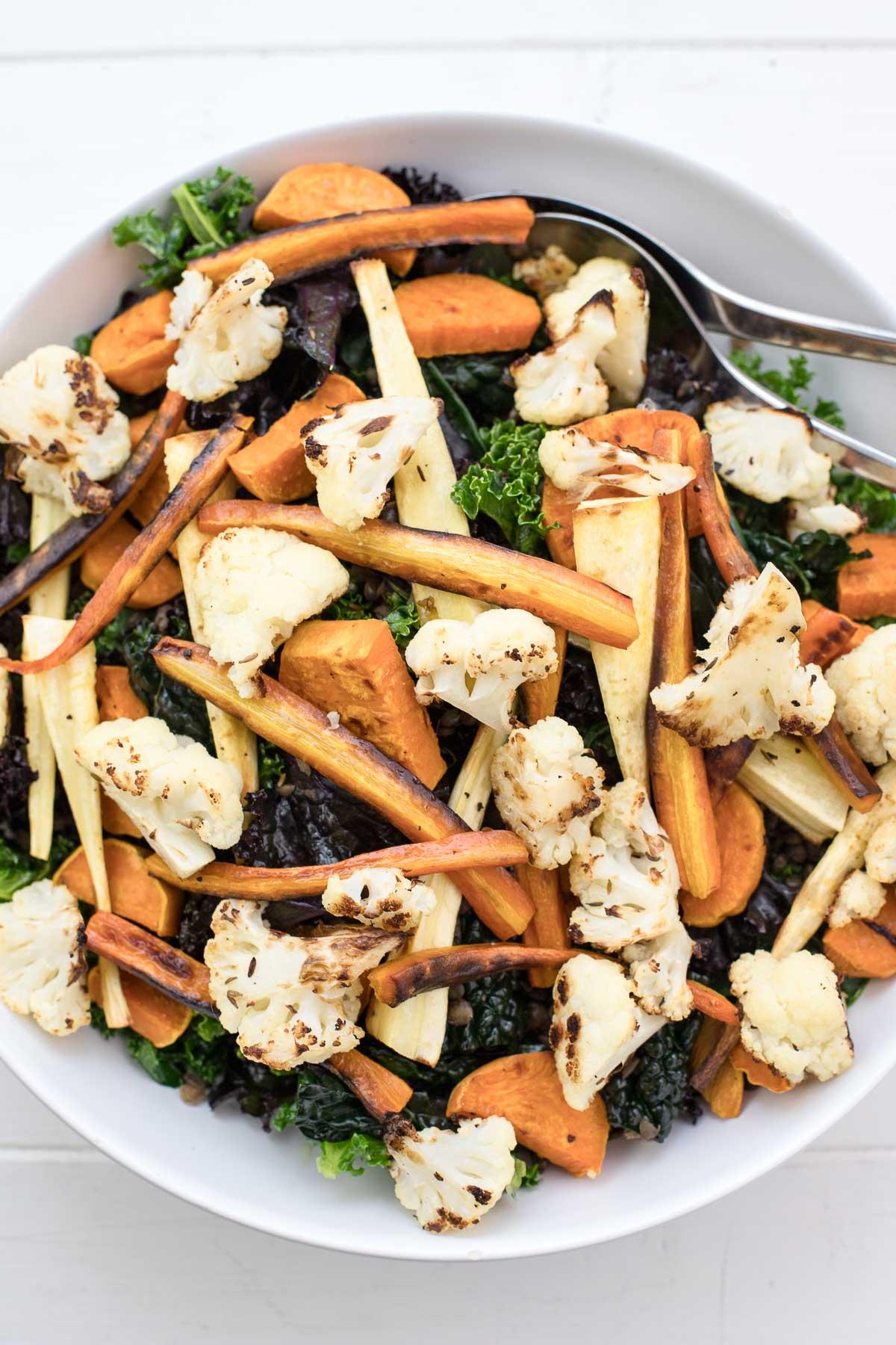 Grünkohl-Salat mit geröstetem Karotten, Pastinaken, Blumenkohl, Süßkartoffeln, Linsen und Tahin-Dressing