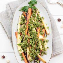 Geröstete Pastinaken und Karotten mit Haselnuss Gremolata, vegane Rezept