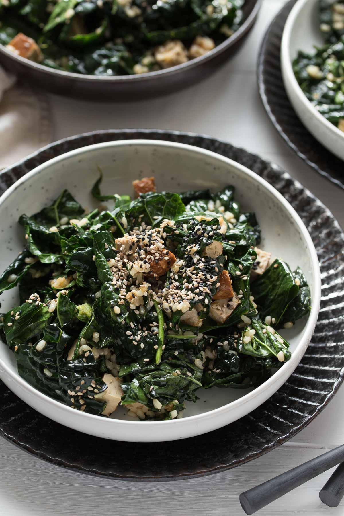 veganer Schwarzkohl-Salat asiatische Art mit Reis und Tofu Rezept