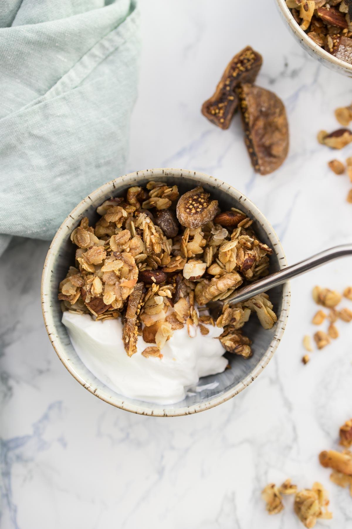 Knuspermüsli Rezept mit Feigen, Kokosnuss und Nüssen