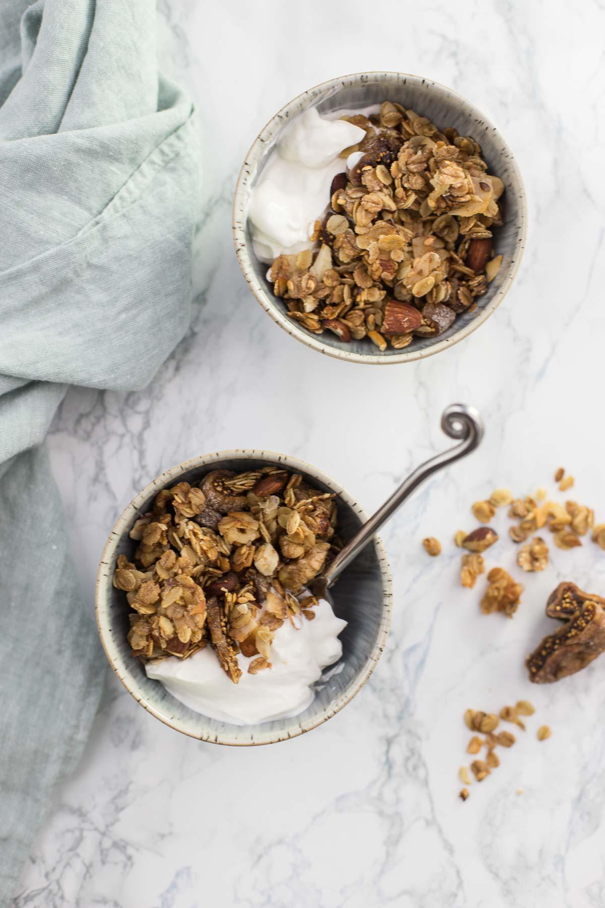 Knuspermüsli Rezept (Granola) mit Feigen, Kokosnuss und Nüssen