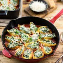 Gefüllte Muschelnudeln (Conchiglioni) mit Ricotta und Spinat in Pfanne, vegetarische Rezept