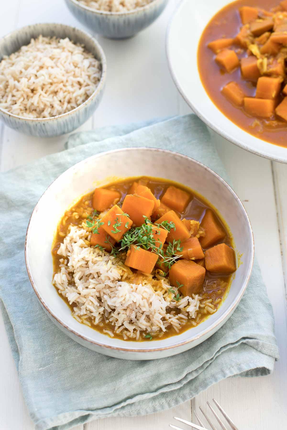 Rotes Curry mit Süßkartoffeln, Kokosmilch, Kurkuma & Limetten