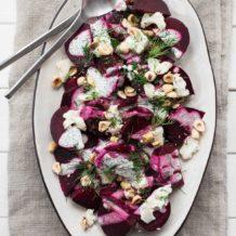 Rote Bete Salat mit Ziegenkäse, Haselnüssen und Mohn-Dressing