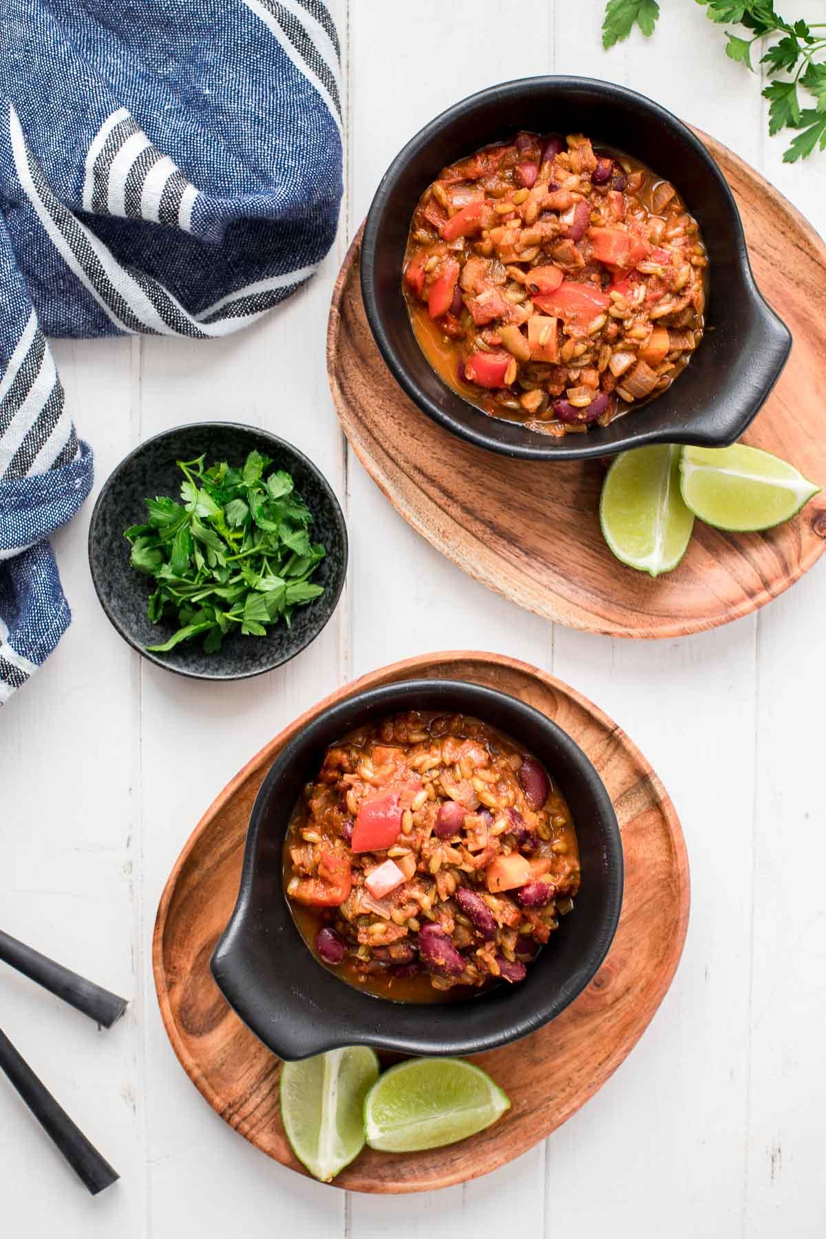 Vegetarisches Chili mit Grünkern (Chili sin Carne) mit Limetten, frische Kräuter Rezept