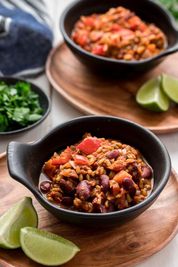 Vegetarisches Chili mit Grünkern (Chili sin Carne) mit Limetten, frische Kräuter