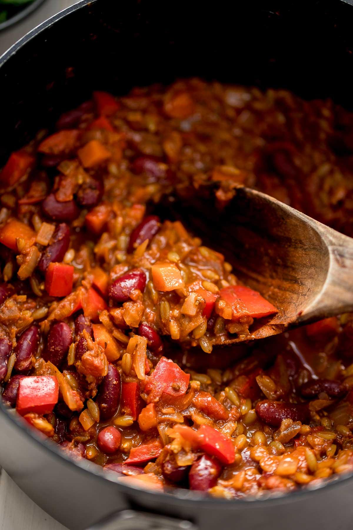 Topf mit Vegetarisches Chili mit Grünkern (Chili sin Carne) veganes Rezept