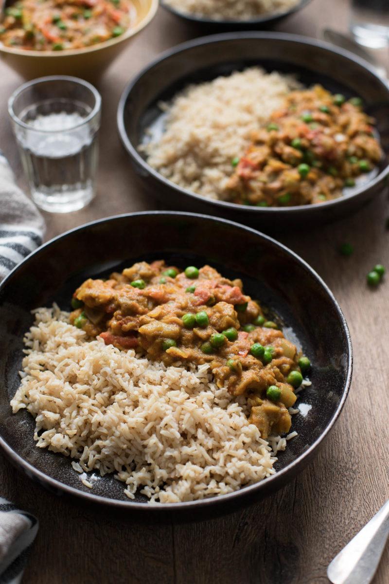 Indisches Auberginen Curry Rezept mit Erbsen (Baingan Bharta) und Basmati Reis, vegan