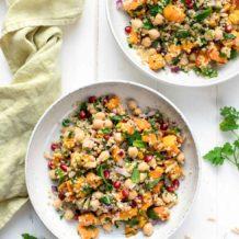 Vegane Bulgur-Salat mit Süßkartoffel, Kichererbsen, Petersilie, Minze; Mandeln und Zitrone Rezept