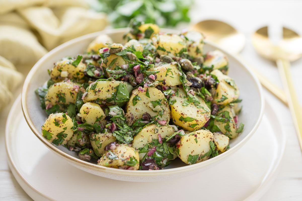 Mediterraner Kartoffelsalat mit Sumach-Dressing, gesunde einfache vegane Rezept