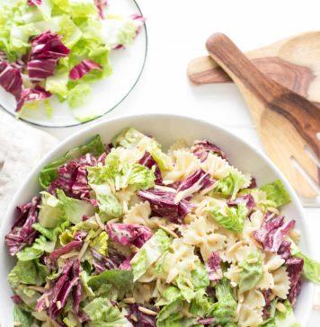 Caesar Pasta Salat mit Radicchio, Römersalat, Mandeln und Tahin-Dressing Rezept, (vegan)