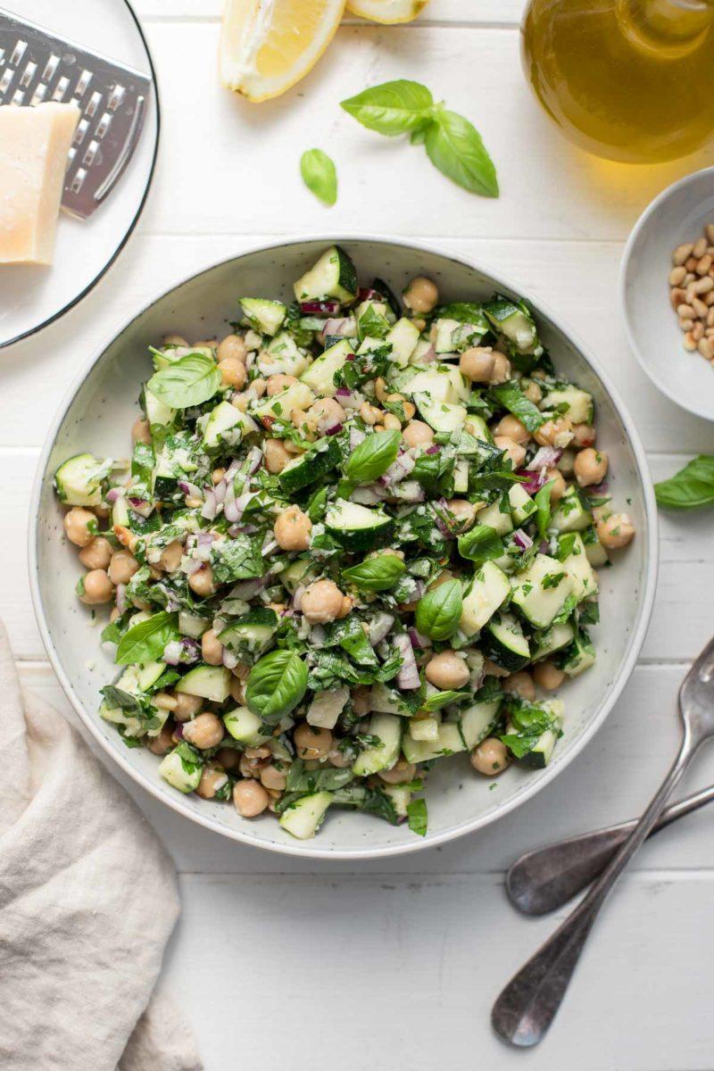 schneller Zucchini-Salat mit Kichererbsen, Zitrone, Parmesan, Basilikum und Petersilie.