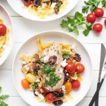 Mediterrane Hähnchenpfanne mit getrockneter Tomaten, Kalamata Oliven, Kapern, Rispentomaten und Feta-Käse