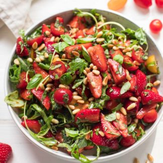 Salat mit Erdbeeren, Tomaten, Minze und Basilikum