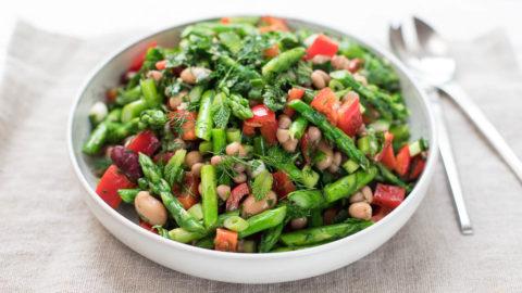 Spargelsalat mit gemischten Bohnen und Kräutern Rezept | Elle Republic