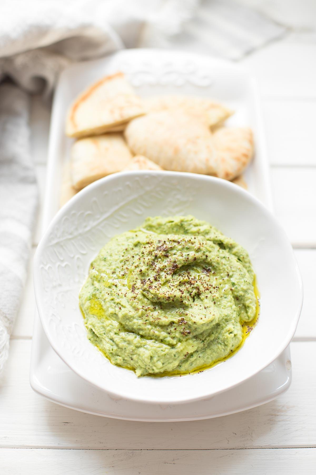 Grüner Hummus - Dicke Bohnen Dip Rezept mit Pita-Brot