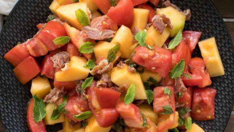 Tomaten-Melonen-Salat mit Parmaschinken Rezept | Elle Republic