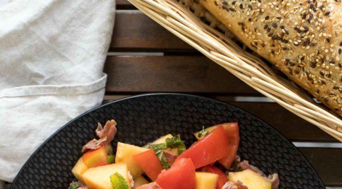 Tomaten-Melonen-Salat mit Parmaschinken und Minze