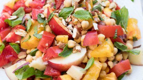 Nektarinensalat mit Tomaten und Kichererbsen | Rezept | Elle Republic