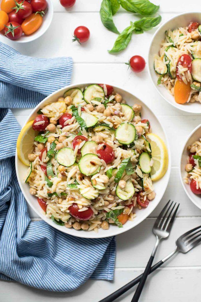 Orzo Salat (Nudelsalat) mit Zucchini, Tomaten und Kichererbsen Rezept