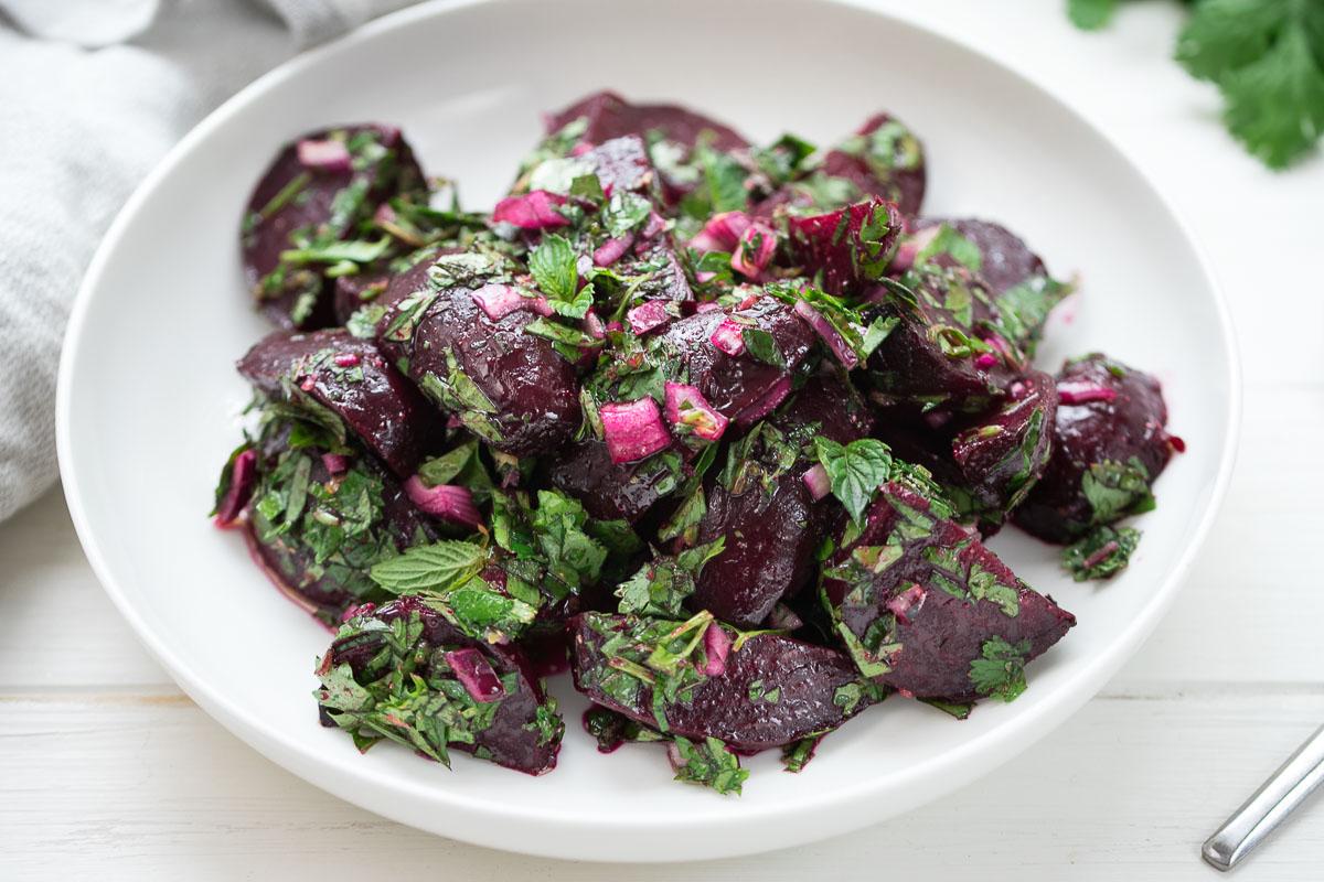 Einfacher Rote Bete Salat mit frischen Kräutern, vegan rote beete Rezept