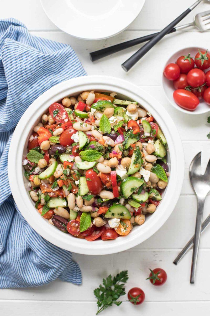 Mediterraner Bohnensalat mit Kichererbsen und weißen Bohnen (Cannellini), Gurken, Tomaten, Paprika, Oliven, Kapern, Kräuter. Vegan Rezept
