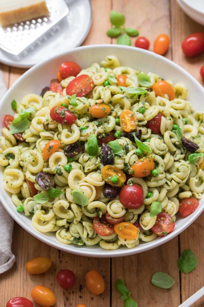 Pesto-Nudelsalat mit Erbsen und Tomaten