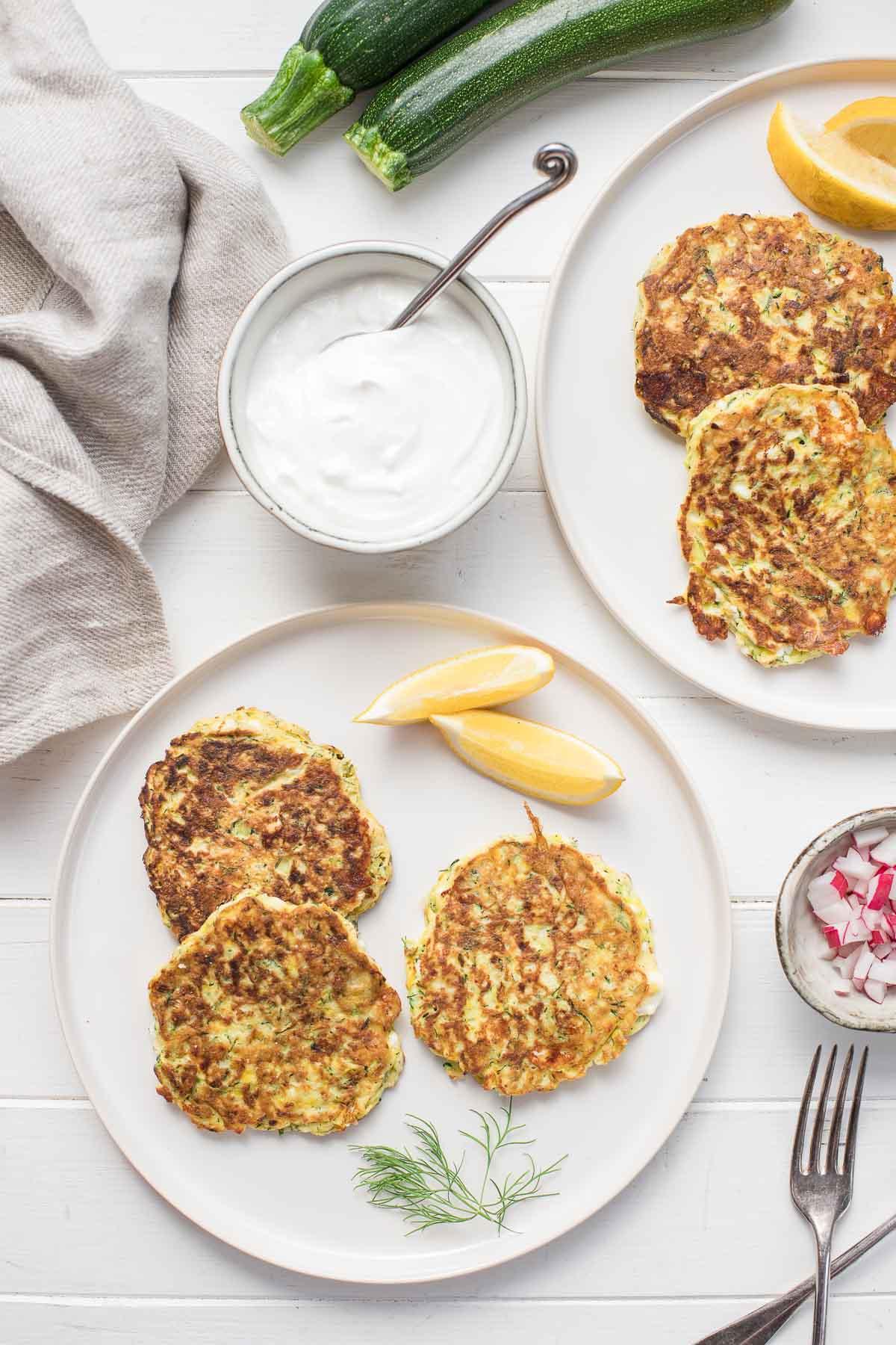 Zucchini-Puffer mit Lauch, Feta, Dill und Joghurt-Soße, low carb, glutenfrei